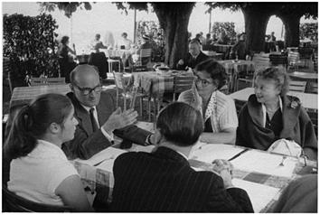 G. Adler z Hilde Kirsch, obok Liliane Frey-Rohn; z prawej jego córka Miriam Stone. Pierwsze spotkanie Komisji Wykonawczej IAAP w 1956 w Hotelu Sonnenberg, Zürich